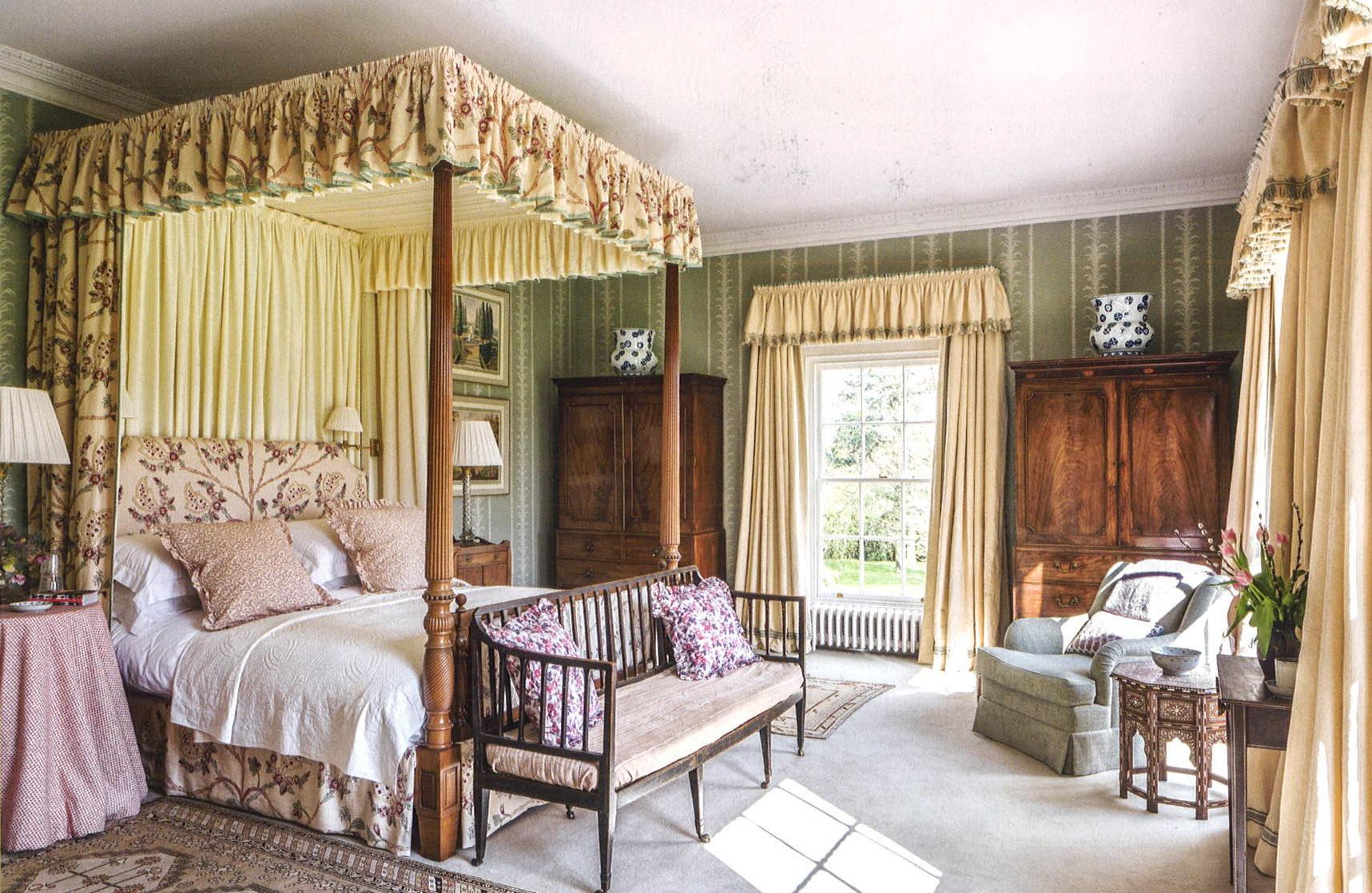 el dormitorio principal grandes ventanales al jardn el papel en tono verde agua con un ligero dibujo queda con la pareja de armarios de
